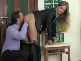 俄�_斯抽烟�k公女郎和上司激情肛交