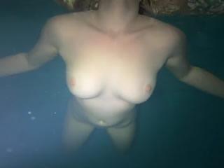 美女裸�w水下游水�c美��的曲�美